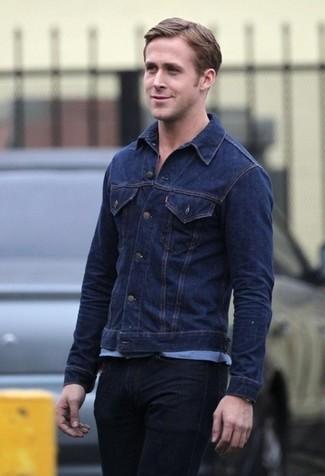 Ryan Gosling trägt Dunkelblaue Jeansjacke, Hellblaues T-Shirt mit Rundhalsausschnitt, Schwarze Jeans