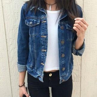 Wie kombinieren: dunkelblaue Jeansjacke, weißer Kurzarmpullover, schwarze enge Jeans