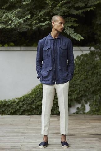 Espadrilles kombinieren – 389 Herren Outfits: Perfektionieren Sie den modischen Freizeitlook mit einer dunkelblauen Leinen Shirtjacke und einer weißen Leinen Chinohose. Espadrilles verleihen einem klassischen Look eine neue Dimension.