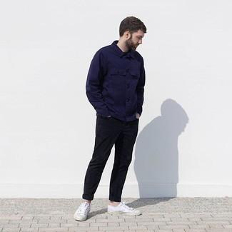 Wie kombinieren: dunkelblaue Shirtjacke, schwarze Chinohose, weiße Segeltuch niedrige Sneakers