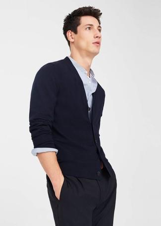Hellblaues vertikal gestreiftes Langarmhemd kombinieren – 193 Herren Outfits: Machen Sie sich mit einem hellblauen vertikal gestreiften Langarmhemd und einer schwarzen Anzughose einen verfeinerten, eleganten Stil zu Nutze.
