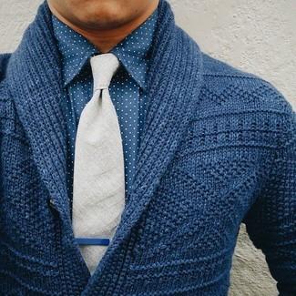 Dunkelblaue Strickjacke mit einem Schalkragen kombinieren – 165 Herren Outfits: Paaren Sie eine dunkelblaue Strickjacke mit einem Schalkragen mit einem blauen gepunkteten Businesshemd, wenn Sie einen gepflegten und stylischen Look wollen.