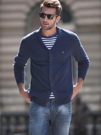 Wie kombinieren: dunkelblaue Strickjacke mit einem Schalkragen, dunkelblaues und weißes horizontal gestreiftes T-Shirt mit einem Rundhalsausschnitt, dunkelblaue Jeans