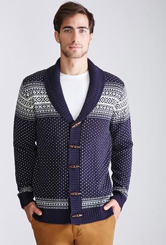Wie kombinieren: dunkelblaue Strickjacke mit einem Schalkragen mit Fair Isle-Muster, weißes T-Shirt mit einem Rundhalsausschnitt, beige Chinohose