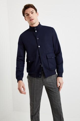 Dunkelgraue Anzughose mit Schottenmuster kombinieren: trends 2020: Erwägen Sie das Tragen von einer dunkelblauen Wollharrington-jacke und einer dunkelgrauen Anzughose mit Schottenmuster, um einen modischen Freizeitlook zu kreieren.