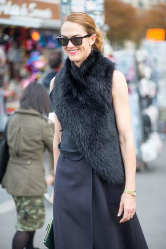 dunkelblauer ärmelloser Mantel, dunkelgrüne Leder Clutch, schwarzer Pelzschal für Damen