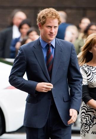 Dunkelblauer anzug blaues businesshemd rote und dunkelblaue vertikal gestreifte krawatte large 22091