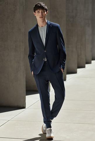 Wie kombinieren: dunkelblauer Anzug, graues T-Shirt mit einem Rundhalsausschnitt, graue Wildleder niedrige Sneakers