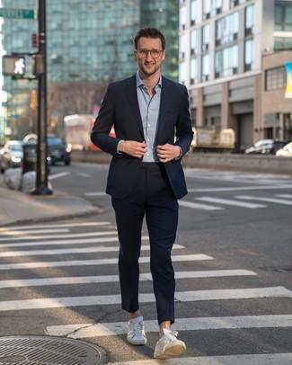 Wie kombinieren: dunkelblauer Anzug, hellblaues Langarmhemd, weiße Leder niedrige Sneakers