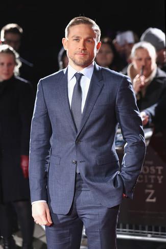 Wie kombinieren: dunkelblauer Anzug mit Karomuster, hellblaues Businesshemd, dunkelblaue Krawatte