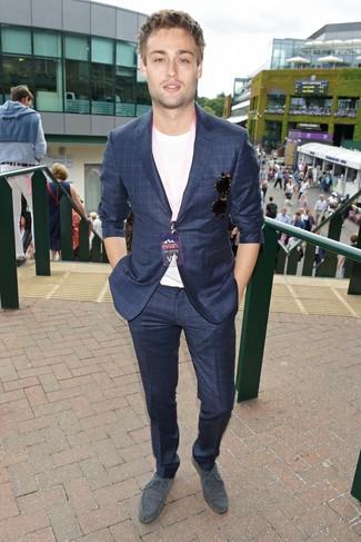 Wie kombinieren: dunkelblauer Anzug mit Karomuster, weißes T-Shirt mit einem Rundhalsausschnitt, graue Wildleder Derby Schuhe