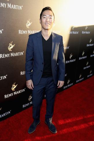 Wie kombinieren: dunkelblauer Anzug, schwarzes T-Shirt mit einem V-Ausschnitt, schwarze Wildleder Derby Schuhe