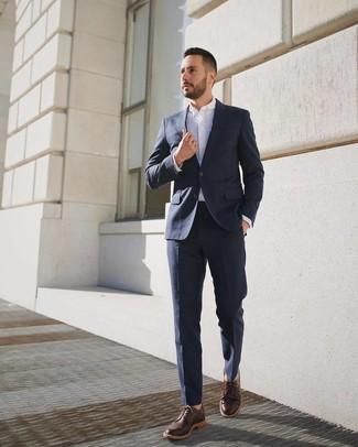 Braune Leder Derby Schuhe kombinieren: trends 2020: Kombinieren Sie einen dunkelblauen Anzug mit einem weißen Businesshemd, um vor Klasse und Perfektion zu strotzen. Fühlen Sie sich ideenreich? Komplettieren Sie Ihr Outfit mit braunen Leder Derby Schuhen.