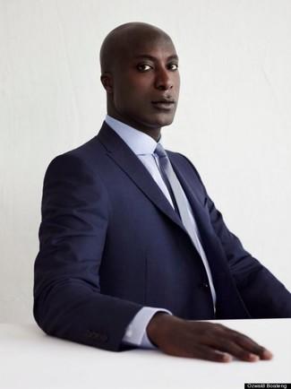 Dermot O'Leary trägt Dunkelblauer Anzug, Weißes Businesshemd, Hellblaue Krawatte