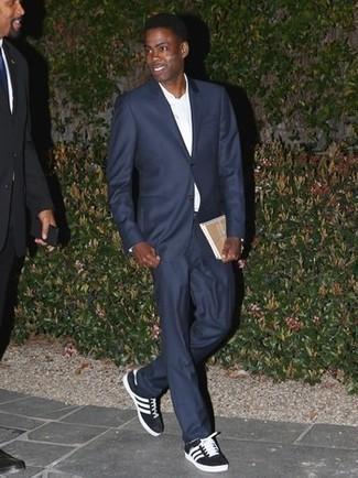 Wie kombinieren: dunkelblauer Anzug, weißes Businesshemd, schwarze und weiße Segeltuch niedrige Sneakers