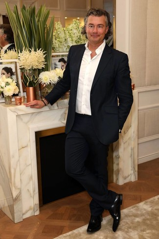 Wie kombinieren: dunkelblauer Anzug, weißes Langarmhemd, schwarze Leder Oxford Schuhe