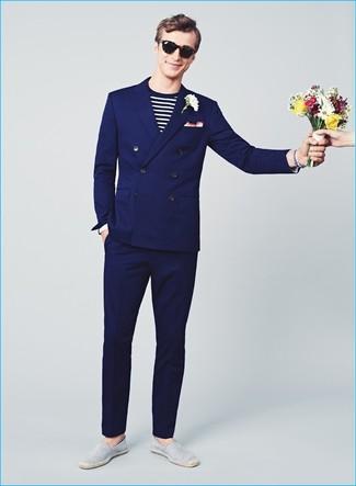 Wie kombinieren: dunkelblauer Anzug, weißes und schwarzes horizontal gestreiftes Langarmshirt, graue horizontal gestreifte Segeltuch Espadrilles