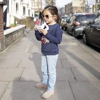 Wie kombinieren: dunkelblauer bedruckter Pullover, hellblaue Jeans, graue Stiefel