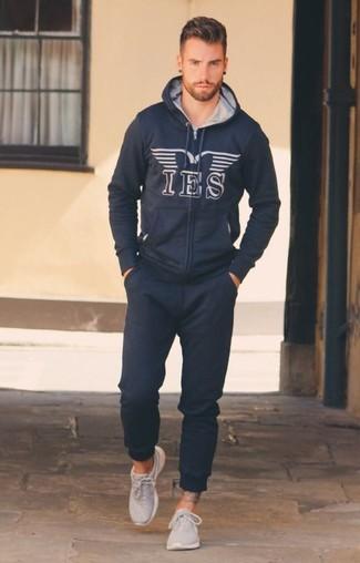 Wie kombinieren: dunkelblauer bedruckter Pullover mit einem Kapuze, dunkelblaue Jogginghose, graue Sportschuhe