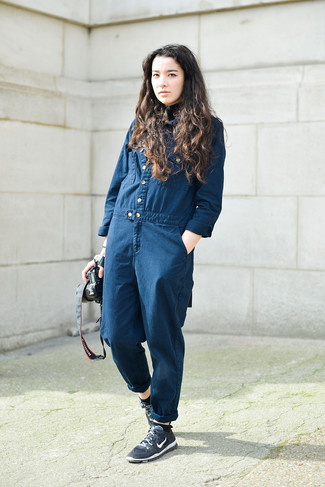 Wie kombinieren: dunkelblauer Jumpsuit aus Jeans, dunkelblaue Sportschuhe