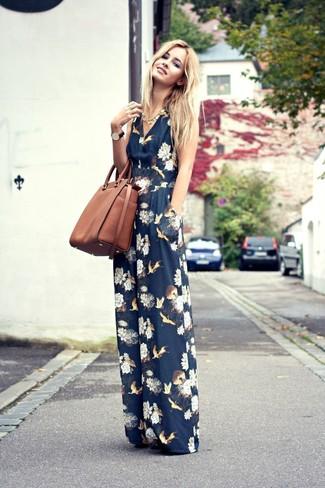 Damen Outfits 2020: Wahlen Sie einen dunkelblauen Jumpsuit mit Blumenmuster, um einen modernen lässigen Trend-Look zu erreichen.