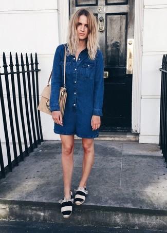 Wie kombinieren: dunkelblauer kurzer Jumpsuit aus Jeans, weiße und schwarze horizontal gestreifte Espadrilles, hellbeige Satchel-Tasche aus Wildleder