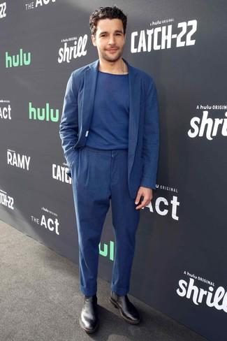 Wie kombinieren: dunkelblauer Leinen Anzug, dunkelblaues T-Shirt mit einem Rundhalsausschnitt, schwarze Chelsea-Stiefel aus Leder