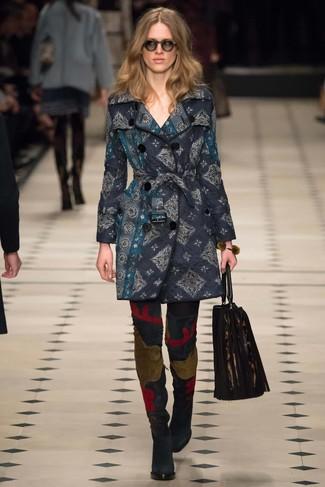 Entscheiden Sie sich für einen eleganten Stil in einem dunkelblauen Mantel aus Brokat. Schwarze overknee stiefel aus wildleder sind eine ideale Wahl, um dieses Outfit zu vervollständigen.