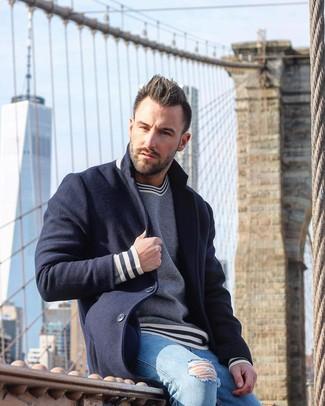 Wie kombinieren: dunkelblauer Mantel, dunkelblauer und weißer horizontal gestreifter Pullover mit einem Rundhalsausschnitt, hellblaue enge Jeans mit Destroyed-Effekten