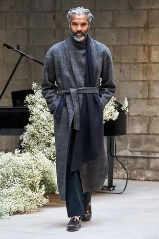 Wie kombinieren: dunkelblauer Mantel mit Schottenmuster, schwarze Chinohose, dunkelbraune Leder Slipper
