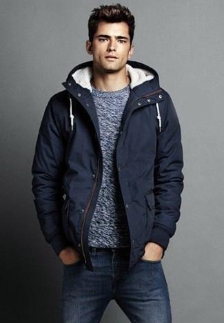Wie kombinieren: dunkelblauer Parka, grauer Pullover mit einem Rundhalsausschnitt, dunkelblaue Jeans