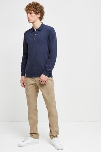 Wie kombinieren: dunkelblauer Polo Pullover, beige Chinohose, weiße Leder niedrige Sneakers