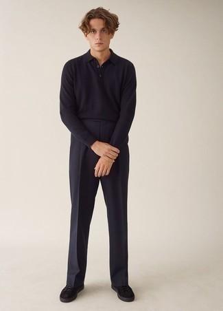Schwarze Wildleder niedrige Sneakers kombinieren: trends 2020: Kombinieren Sie einen dunkelblauen Polo Pullover mit einer dunkelblauen Anzughose für eine klassischen und verfeinerte Silhouette. Suchen Sie nach leichtem Schuhwerk? Vervollständigen Sie Ihr Outfit mit schwarzen Wildleder niedrigen Sneakers für den Tag.