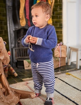 Wie kombinieren: dunkelblauer Pullover, dunkelblaue horizontal gestreifte Jogginghose