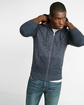 Wie kombinieren: dunkelblauer Pullover mit einem Kapuze, weißes T-Shirt mit einem Rundhalsausschnitt, blaue Jeans
