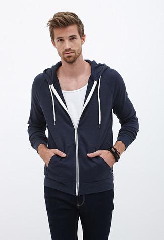 Wie kombinieren: dunkelblauer Pullover mit einem Kapuze, weißes T-Shirt mit einem Rundhalsausschnitt, schwarze Jeans