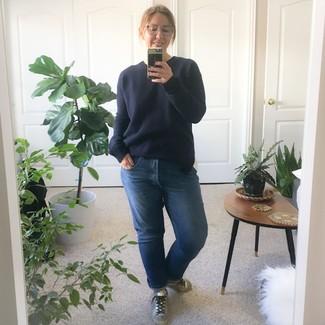Wie kombinieren: dunkelblauer Pullover mit einem Rundhalsausschnitt, blaue Boyfriend Jeans, silberne Leder niedrige Sneakers