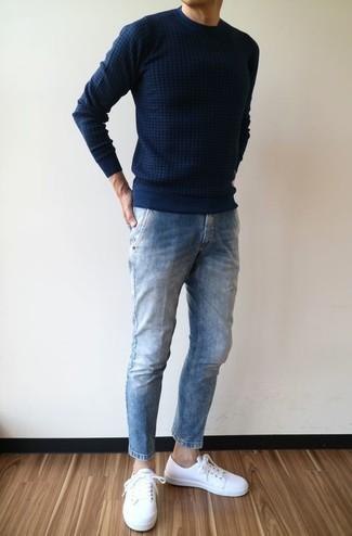 Wie kombinieren: dunkelblauer Pullover mit einem Rundhalsausschnitt, blaue Jeans, weiße Leder niedrige Sneakers