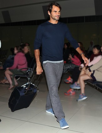 Wie kombinieren: dunkelblauer Pullover mit einem Rundhalsausschnitt, graue Jeans, blaue Wildleder niedrige Sneakers
