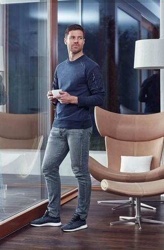Dunkelblauen Pullover mit einem Rundhalsausschnitt kombinieren: trends 2020: Vereinigen Sie einen dunkelblauen Pullover mit einem Rundhalsausschnitt mit grauen Jeans für ein Alltagsoutfit, das Charakter und Persönlichkeit ausstrahlt. Fühlen Sie sich ideenreich? Wählen Sie dunkelblauen Sportschuhe.