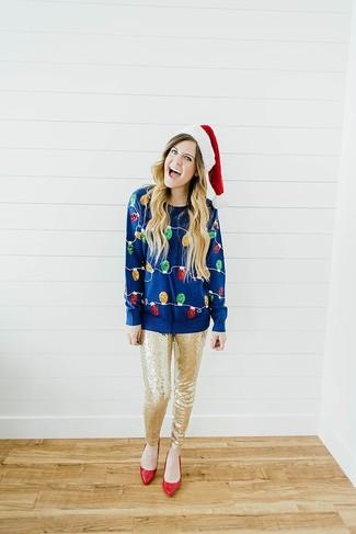 Wie kombinieren: dunkelblauer Pullover mit einem Rundhalsausschnitt mit Weihnachten Muster, goldene enge Hose aus Paillette, rote Leder Pumps