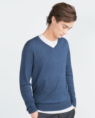 Wie kombinieren: dunkelblauer Pullover mit einem V-Ausschnitt, weißes T-Shirt mit einem Rundhalsausschnitt, dunkelblaue Jeans