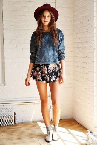 Wie kombinieren: dunkelblauer Samt Pullover mit einem Rundhalsausschnitt, schwarze Shorts mit Blumenmuster, dunkelroter Wollhut