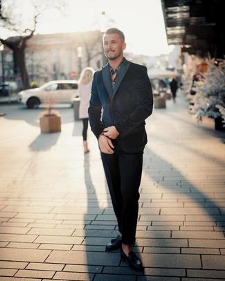 Dunkelblaues und weißes Langarmhemd mit Blumenmuster kombinieren: trends 2020: Tragen Sie ein dunkelblaues und weißes Langarmhemd mit Blumenmuster und einen dunkelblauen Samtanzug für einen stilvollen, eleganten Look. Schalten Sie Ihren Kleidungsbestienmodus an und machen schwarze Leder Slipper mit Quasten zu Ihrer Schuhwerkwahl.