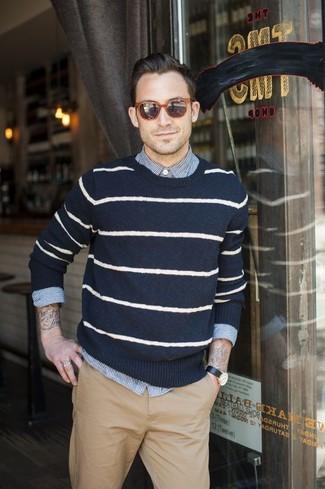 Wie kombinieren: dunkelblauer und weißer horizontal gestreifter Pullover mit einem Rundhalsausschnitt, weißes und blaues vertikal gestreiftes Langarmhemd, beige Chinohose