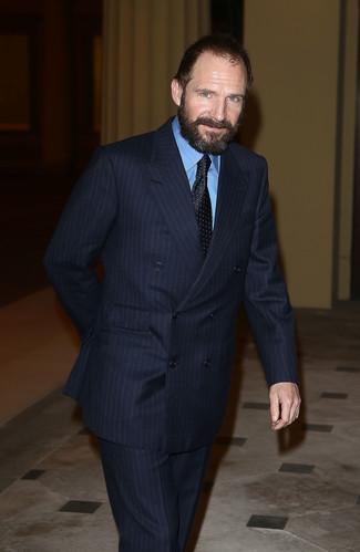 Dunkelblauer vertikal gestreifter anzug blaues businesshemd schwarze gepunktete krawatte large 22107