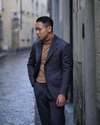 Braunen Rollkragenpullover kombinieren: trends 2020: Die Paarung aus einem braunen Rollkragenpullover und einem dunkelblauen vertikal gestreiften Anzug ist eine perfekte Wahl für einen Tag im Büro.