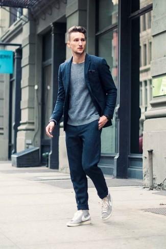 8c4bdfe05d0d Herrenmode › Herrenmode der 30er Jahre Geben Sie den bestmöglichen Look ab  in einem dunkelblauen Wollanzug und einem grauen Pullover mit einem