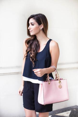 Wie kombinieren: dunkelblaues ärmelloses Oberteil, schwarze Bermuda-Shorts aus Seide, rosa Shopper Tasche aus Leder