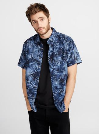Wie kombinieren: dunkelblaues bedrucktes Kurzarmhemd, schwarzes T-Shirt mit einem Rundhalsausschnitt, schwarze Jeans